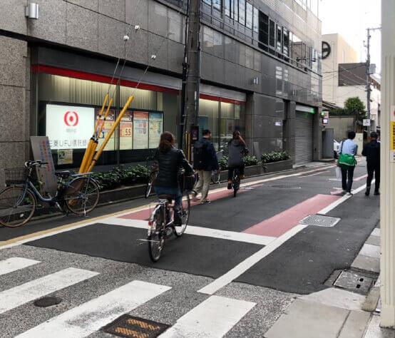 角に東京UFJ銀行があるので右折。